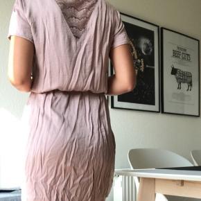 Sødeste kjole, som jeg desværre aldrig har fået brugt. Den er købt sidste år i Vila. Det er en størrelse xsmall, passes også af en small, da den kan justeres ved maven.  Nypris er 399 kr.  *Trænger til at blive strøget   Kan sendes på købers regning🌸