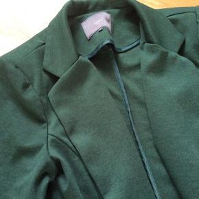 Grøn blazer. Materialet er 74% polyester, 22% viscose og 4% elastan. Fejler intet pånær ganske lidt vaskefnulder.  Skulder og ned 63 cm. Brystvidde 46*2 cm. Indv arm 50 cm. Farven ligner bedst på det sidste billede.