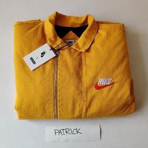 Supreme x Nike double zip quilted work jacket   Mega fed, perfekt til efteråret/vinteren. Den er foret og holder dig varm. I den rigtige mustard/gule farve   Str. XL  DSWT   Mulighed for meetup i Aarhus.  Kan sendes doubleboxed, tracked og forsikret  100+ refs