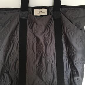 * Klassisk skuldertaske/Shopper fra DAY Birger et Mikkelsen * Taskens ydre er lavet af 96% polyester og 4% elastisk, men har et satin-lignede udseende * Taskens indre er lavet af 100% nylon * Brugt, men er i fin stand * Overskydende fnug og fnuller er blevet kraftigt reduceret efter brug af en fabric shaver * Købt i Neye for godt og vel 6 år siden * Sælges, da jeg ikke bruger den mere