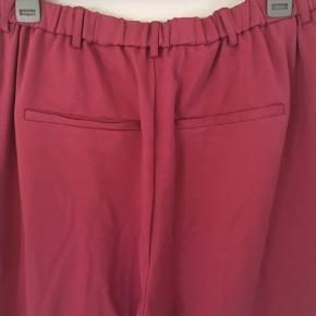 Maddison bukser fra Zizzi str. 46/48.  Stadig med prismærke.  Livvidde: 84 til 114 cm (elastik) Længde: 78 cm (indvendigt) Materiale: 67% viscose, 28% polyester og 5% elastane.   Sender gerne med DAO😊