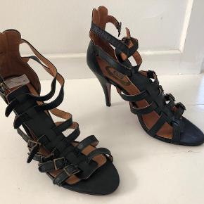 """Super fede stiletter udført i det blødeste skind. Alle remme er regulerbare og skoene kan derfor indstilles helt så de passer den enkeltes fødder. De er blot alt for høje til mig...  Der medfølger nye """"hældutter""""."""