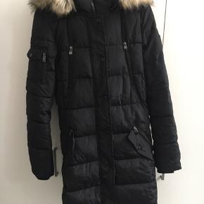 Helt ny lækker varm jakke fra Amisu. Sælges kun idet jeg købte i forkert str . Fejler intet.