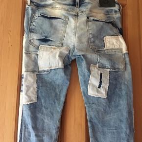 Super fede jeans fra H&M med huller og lapper.  Brugt få gange. Waist: 28