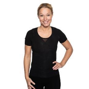 Jeg sælger en ubrugt MyPosture t-shirt, da det er et fejl køb.   Med den holdningskorrigerende trøje fra MyPosture, får du hjælp til at holde ryggen oprejst og skuldrene rullet tilbage. Det gør du vha. af vores stramme trøje der har syninger, der går ind og hjælper kroppen med at understøtte i hvad der må betegnes som en god holdning; nemlig tilbagerullet skuldre og rank ryg.  Jeg har også en anden i str. M. Du kan få dem begge for 550 kr. og jeg sender gerne med DAO :-)