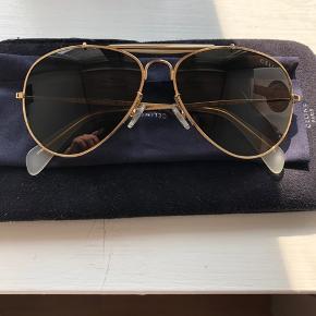 """Super fede Celinè solbriller sælges, da jeg aldrig går med dem. Brugt 2-3 gange, så der er ingen brugsridser. Brilletaske + pudseklud medfølger. Kvit haves ikke længere.  Bemærk: lynlås """"håndtag"""" på brilletasken mangler som ses på billedet.   NP: 2000 MP: 1100 + fragt"""