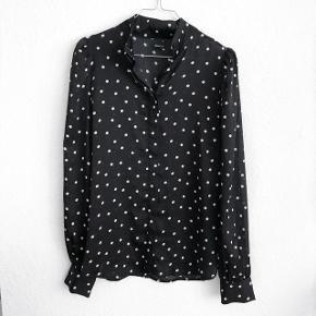 Gina Tricot skjorte med polka prikker   størrelse: 38   pris: 80 kr   fragt: 37 kr    tjek billederne den har en lille smule hvide trådudtrak tror jeg det er
