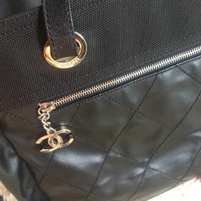 Den eftertragtede Grand Tote shopper fra Chanels Paris Biarritz collection. Sort coated canvas og læder. Sølv hardware. Har aftagelig mini pouch. Str. Ca 37x31x15 Ser ud som ny. Kun brugt få gange. Købt for ca 15.000