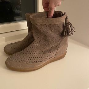 Næsten som nye Isabel Marant sko med indbygget hæl.   Købt for et par siden, men Sælges da jeg simplethen ikke har fået dem brugt..