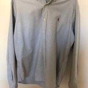 Helt klassisk Ralph button down-skjorte. Har tjent mig fantastisk - har en enkel, lille skade på bagsiden af den ene skulder, men ellers helt skøn.