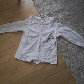"""Rigtig fin skjorte med """"åbne skuldre"""" og fint print sælges 🖤 I fin stand, trænger dog til en strygning."""