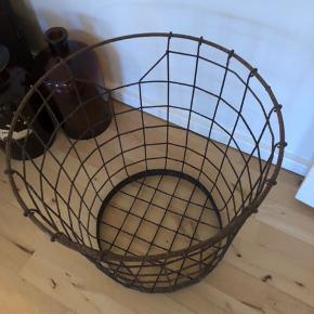 Gammel fransk metal trådkurv. Kan anvendes til mange ting. Højde 42cm og diameter 40 cm