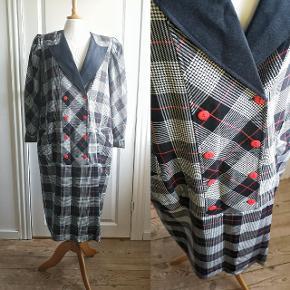 Fuldend din 80'er kjole samling med denne skønne sag fra Gilbo. Viskosemix, længde 105 cm.