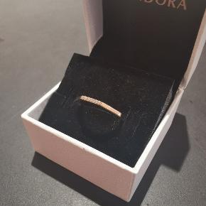 Pandoras ring i 14 karat forgyldt rose gold.  Har to en i str. 48 og str. 54