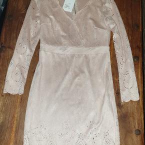 Flot Lys Rosa kjole i velour lign stof med flotte blonde detaljer. Lynlås bagved. ALDRIG BRUGT OG HAR STADIG PRISMÆRKE PÅ.  Stram model.   Kan afhentes på Vesterbro i København eller sendes. Køber betaler dog porto 😁🎄