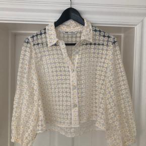 Gennemsigtig bluse fra Zara med små margueritter.