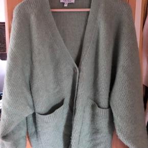 Alpaca/uld blend cardigan, brugt en del men fejler intet. Farven er lidt svær at vise, men den er mere pastelgrøn irl