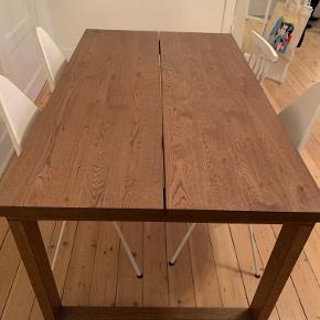 IKEA BORD SÆLGES! Det er 2 år gammelt og har et par ridser.   Bordet er designet med hele planker, der gi'r et autentisk udtryk og en følelse af ægte træ.  Plankernes udtryk understreges af kanternes design.  Eg er et meget stærkt og holdbart hårdttræ med et markant åremønster. Det bli'r mørkere og smukkere med årene og får en gyldenbrun nuance.  Hvert bord er unikt og har varierende åremønstre og naturlige farveskift, der er en del af charmen ved træ.  Du gør noget godt for miljøet, fordi et toplag af massivt træ på spånplade er ressourcebesparende.  Bordet har gennemgået skrappe test i henhold til vores strengeste standarder for stabilitet, holdbarhed og sikkerhed og kan holde til at blive brugt i dit hjem i mange år.  Bordpladen er forbehandlet med hårdvoksolie, og det er ikke nødvendigt at behandle den igen, før den begynder at blive slidt.  Bordpladen har et 3 mm tykt toplag af massiv eg på spånplade.  Anbefales kun til indendørs brug.  Plads til 6 personer.  Længde:  140 cm Bredde:  85 cm Højde:  74 cm