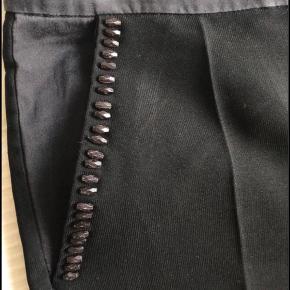 Fine perler/detaljer ved lommerne Knap skal evt skiftes bagpå, hvis man ønsker de er ens 🌸  #GøhlerSellout