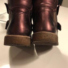 Fineste vinterstøvler - Angulus Tex - bordeaux med shine.  Str. 26. Ikke brugt meget, har dog fået lidt forventelige brugsspor. Rigtig pæne.  Afh. 6715 Esbjerg N (Vester Nebel)