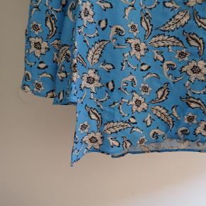Sød H&M kjole.  Har lidt make up ved halsen.  Er selv en small (36/38) og kan godt passe den.