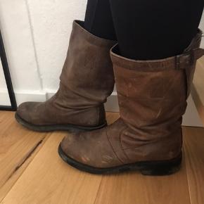 Varetype: Støvler Farve: Brun Oprindelig købspris: 2599 kr.  Flotte brune læder støvler fra Bikkembergs med god kraftig bund. Brugt 2-3 gange. Trænger til at blive pudset op. Ellers fremstår de rigtig pæne med struktur i læderet.  Højde på skaftet 27 cm Vidde på skaftet 32 cm Hæl højde 4 cm  Nypris: 2599 kr.