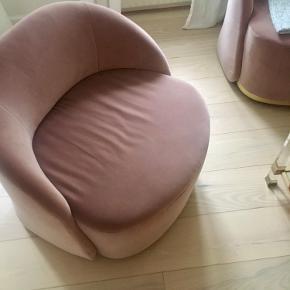 Cara serien - smuk lænestol / loungestol - nypris 17.799kr pr stk. 2 stk haves - pris pr stk!  Cara er designet af en af verdens førende designere, tyske Joa Herrenknecht. Lænestolens ikoniske design kombinerer sirligt elegance og håndværk, hvilket resulterer i en minimalistisk lænestol med et legende formsprog og smukke detaljer. Cara er lavet af koldskum, der giver en formfast siddekomfort og rygstøtte, mens den karakteristiske messingsokkel tilfører lige præcis dét snert af luksus, som stolen fortjener. Lænestolens dreje-funktion giver ydermere et behageligt element og uanset, hvor du drejer hen, vender Cara altid tilbage til udgangspunktet. Cara er ikke blot en komfortabel og funktionel lænestol, men også et ikonisk design med skulpturelle linjer.  Organiske former  Skulpturelt design  Dreje-funktion   Produktinformationer og mål Betræk Ritz, Light Rosa Betræk 83% Bomuld / 17% Polyester Ben Messinglakeret stål Dybde 76 cm Bredde 83 cm Højde 79 cm Siddedybde 52 cm Siddehøjde 48 cm