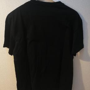 "Valentino ""Surf Is Love"" t-shirt   Aldrig brugt Kvittering osv medfølger Str L"