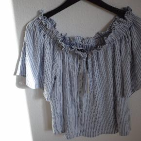 Off the shoulder stripped top. New still with tag 🔥 💯 Size : S-M