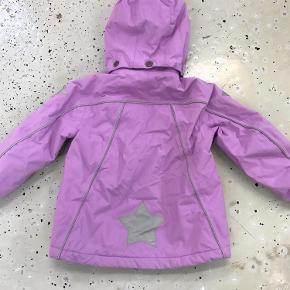 Varetype: Jakke Farve: Se billede Oprindelig købspris: 1000 kr.  Lækker jakke til den lille pige. Den er brugt men er som ny ingen slid eller huller. Mp 350 pp og ts gebyer via trendsales. Ellers 300 pp via mobilpay