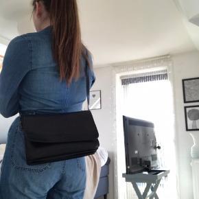 Simpel læder taske med massere plads:) den er god men brugt:) spørg efter flere billeder