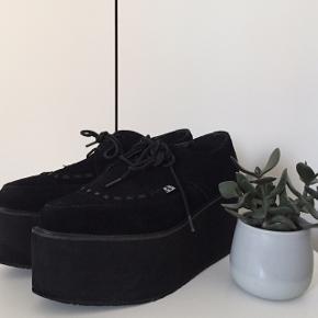 Sælger disse lækre plateau sko fra T.U.K, da jeg ikke får gået nok i dem.  » Lille størrelse 39 (passer sagtens en 38'er)  OBS:  » Køber betaler fragt, hvis de ønsker at få det tilsendt » Tager helst imod MobilePay