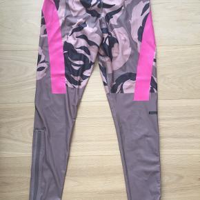 Løbe/trænings tights fra Adidas Stella MacCartney i flot print. Har lynlåse nederst på benet. Brugt meget lidt og i flot stand. BYD gerne!