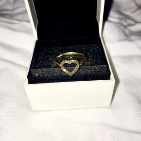 Ring i 9 karat guld  Er ikke sikker på hvad stenen er da der var en gave.