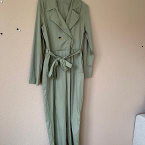 Lækker Zara buksedragt med suit look. Dobbelt knapper for til og fint bindebånd til at fremhæve taljen.