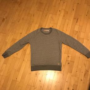 Levis sweater størrelse small, brugt en gang.