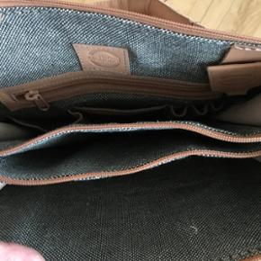 Læder taske. Mega fin! Kan måde bruges som håndtaske, men også som en taske man kan bruge på arbejde. Aldrig brugt!