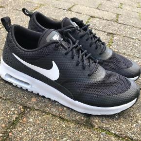 Varetype: Sneakers Farve: Sort Oprindelig købspris: 1000 kr.  Super fede Nike Air Max Thea - sælges fordi de er købt for små.  De er brugt max 3 gange og fremstår som nye.  Jeg sender gerne flere billeder hvis det ønskes.   Nypris 1000 kr.