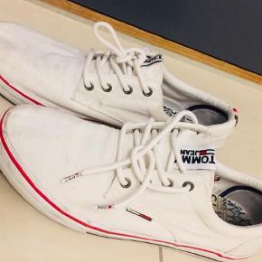 Varetype: Sneakers Farve: Hvid Oprindelig købspris: 600 kr.  Fede hvide Tommy Hilfiger / Tommy Jeans sneakers str 44. model Vic1. Brugt max 10 gange. Sælges da sønnike er vokset fra dem. Nypris 600.