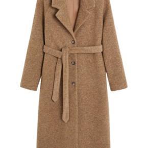 Camel coat fra Mango i str. S Nypris 999 kr.  Brugt nogle dage sidste vinter - højt uldindhold!
