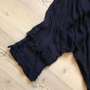 Oversize bluse. Bm 72 cm. Længde 75 cm. 5 cm kortere foran.