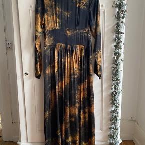 Super smuk maxi kjole. Kan åbnes helt op.  Mp: 800,-  Bytter ikke  Ønsker køber at handle via ts-betaler køber ts-gebyret