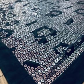 Super lækkert sjal/tørklæde. Kæmpe stort. Fyldt med smukke palietter i sølv. Er nogle år gammelt men kun brugt få gange.