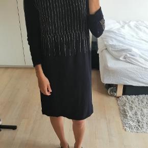 Smuk mørkeblå kjole med perler fra Six Ames