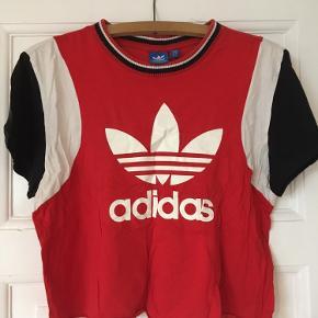 T-shirt fra Adidas. Afklippet i bunden og et lille hul på forsiden. Ellers god stand.