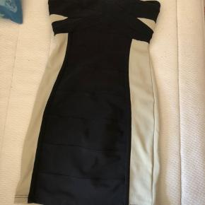 Kort, stram kjole fra Rare London i rosa og sort. Aldrig brugt.