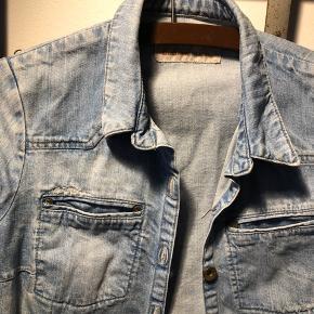 Global Funk denim skjorte / jakke str. S.  ▪️Velkommen i shoppen 🤩👗☘️ ▪️Bud er altid velkomne 🌹📸💰 ▪️Tager ikke billeder med tøjet på ‼️‼️ ▪️Sender udvalgte varer 📦🔍💌 ▪️Afhentning nær Nørrebro st. ☑️ ▪️Ingen byttehandler 🔁🌸🖖🏼🌼
