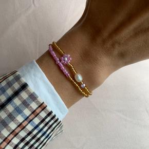 Håndlavede armbånd sælges til 80kr samlet. Ellers 45kr for den med ferskvandsperle og 40kr for den anden🌸 Kan også laves med sølv perler.  Prisen er fast. Se mere på Instagram: @muluadesign