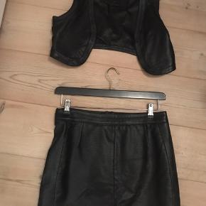 Læder vest og nederdel. Vesten er en small Nederdel er medium
