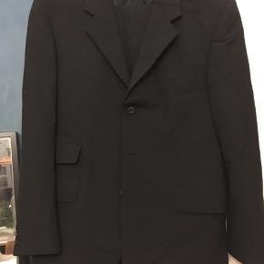 Pænt jakkesæt fra Rui Felizardo str. 50, uld (60%), polyester, elasthan. Habitjakke længde  78cm.  Bukser indvendig benlængde ca. 85cm. Kun brugt en gang. 400kr Kan hentes Kbh V eller sendes for 50kr